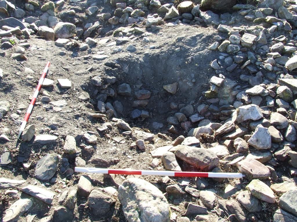 Un dos buratos feitos por buscadores de tesouros dentro das ruínas da capela