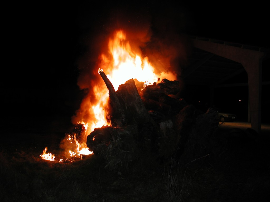 Os Cepos ardendo, no folión de véspera do San Brais. Ano 2003.
