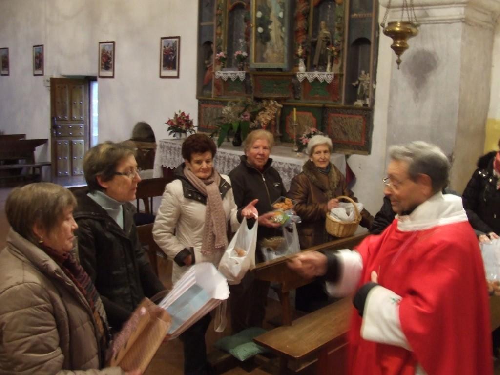 Benzón na igrexa das rosquillas e velas do San Brais.